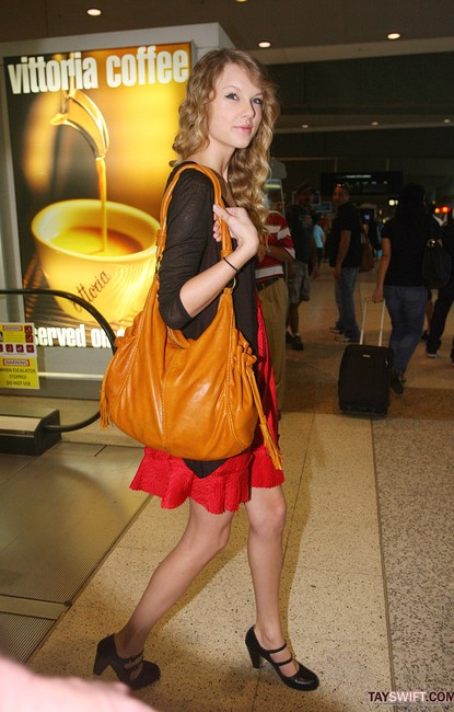 Spotted Taylor Swift With Hobo International Purse Bellavitastyle